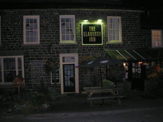 Llanerch Inn 16th Century Hotel: Exterior at night.