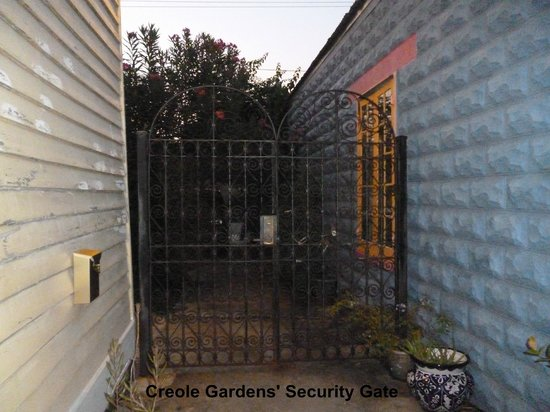 Creole Gardens Guesthouse Bed & Breakfast: Security gate to courtyard/access to cottages