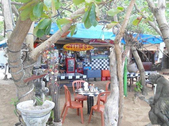 Titie's Warung: vue sur le restaurant depuis la plage