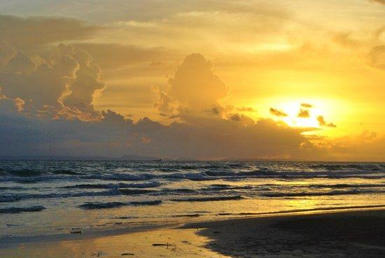 Castaways Beach Bar & Bungalows: Sunset at Castaways on Otres 2
