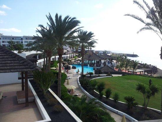 Vistas de la piscina de abajo y el jard n cerca del mar for Apart hotel jardin del mar la serena