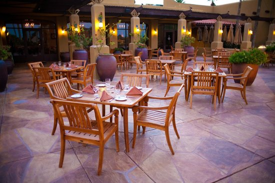 Red's Bar & Grill : Outdoor Patio Dining Overlooking the Historic Gold and Patriot Courses