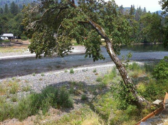 Rogue Regency Inn: The Rogue River is Beautiful.