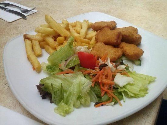Estilo: tochetti di pollo inpanati e fritti  e patatine e in salata