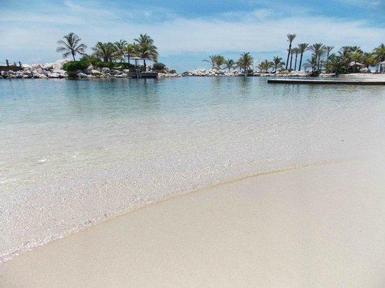 Baoase Luxury Resort: Praia particular