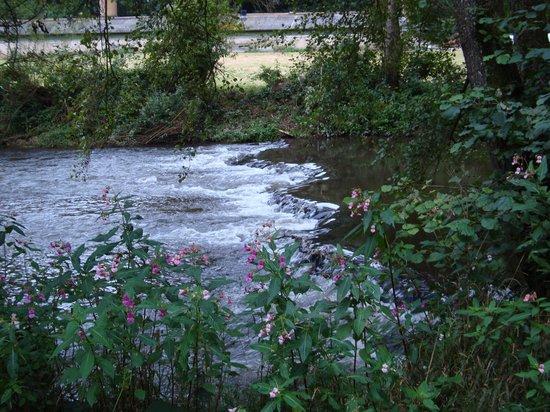 Altes Zollhaus : Het riviertje Our, waaraan het hotel gelegen is.