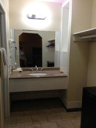 Hollywood La Brea Motel : l évier sépare des toilettes et de la baignoire + penderie a droite