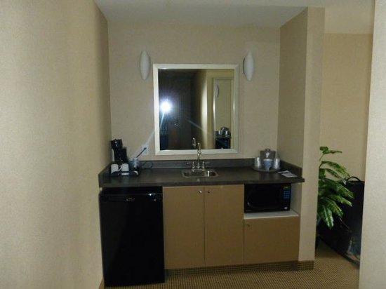 Holiday Inn Express & Suites Surrey: Kitchen