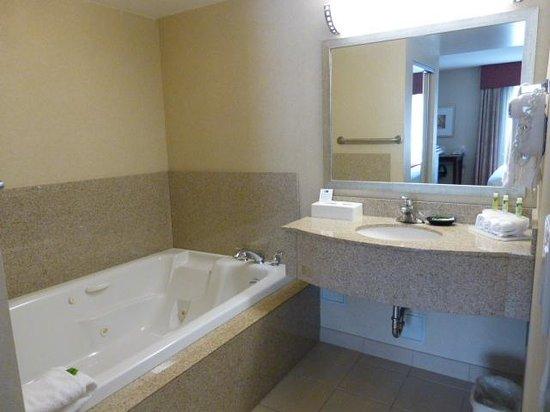 Holiday Inn Express & Suites Surrey: Jacuzzi Bath
