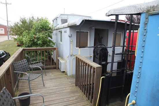 Caboose Motel Inc: Deck/sitting area outside each caboose