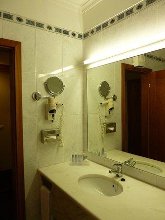 """Vila Gale Porto: Banheiro bem equipado, limpo e cheio de """"mimos"""""""