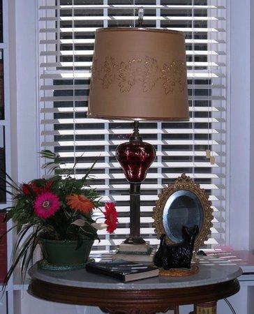 The Haynes White House Inn : Reading room lamp