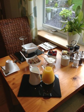 Summerhill B & B: First course of breakfast - homemade granola - delicious!