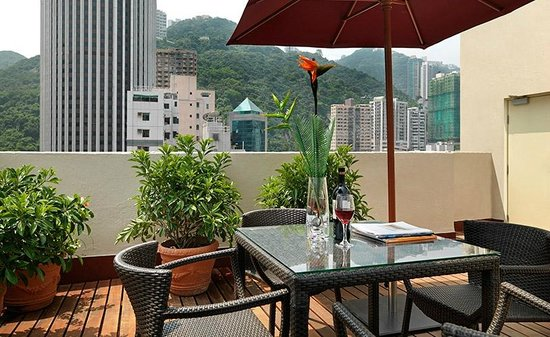The Johnston Suites Hong Kong: Rooftop leisure area with BBQ facilities
