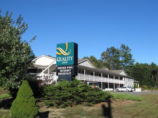 Quality Inn at Quechee Gorge: outside from the sidewalk