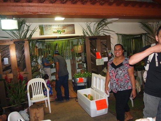 Chamorro Village: チャモロナイトマーケット 親切な椰子の実ジュース屋さん