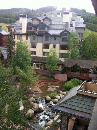 Beaver Creek Lodge : View of walkway/creek to shops and restaurants