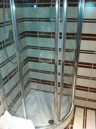 Marcella Royal Hotel: Tight shower in single room