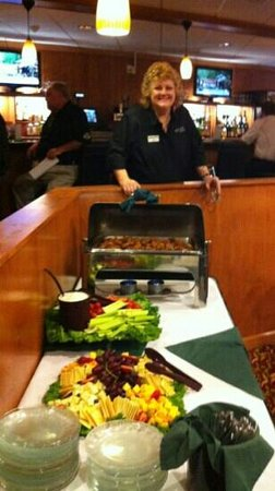 BEST WESTERN PLUS Fresno Airport Hotel: Ms. June hosting the friendliest bar at Holiday Fresno airport!