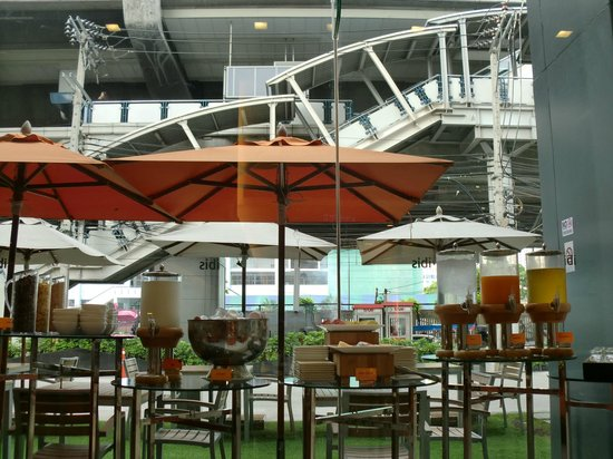 ibis Bangkok Siam Hotel : ホテル前のBTS