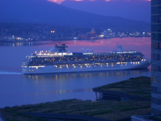 Vancouver Marriott Pinnacle Downtown Hotel: View of our cruise ship arriving  - view from room