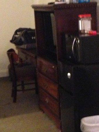 The Aurora Inn Hotel & Event Center : Updated Flat screen TV, desk, fridge & microwave