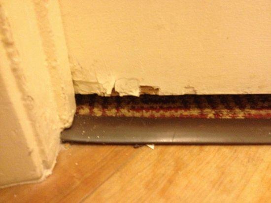 La Quinta Inn Houston Greenway Plaza Medical Area: Door cracks