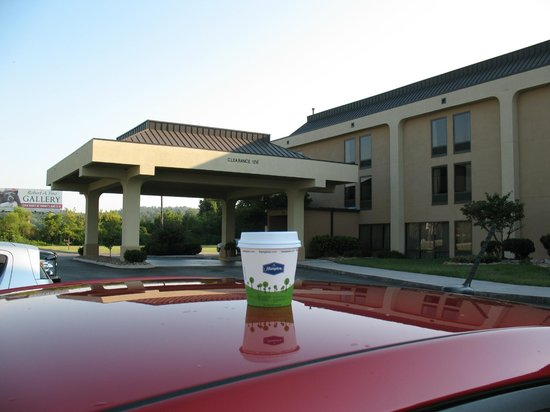 Hampton Inn Sevierville: Exterior with my cup of Hampton coffee