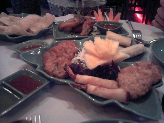 Jintana Thai Restaurant: Seafood Platter,Chicken Wings and Prawn Crackers