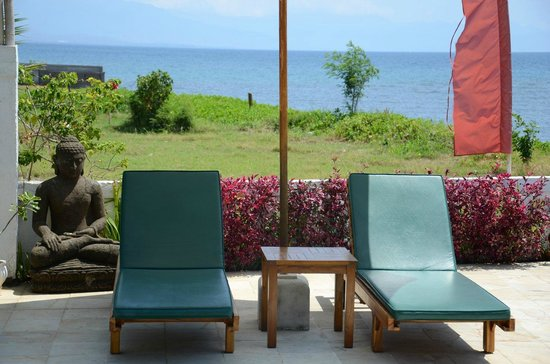 Kelapa Lovina Beach Villas Bar & Resto: Il relax a bordo piscina