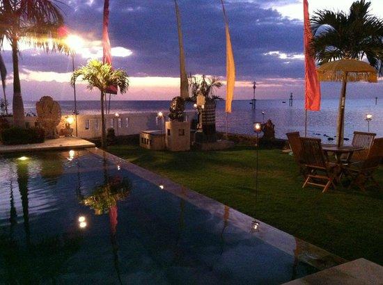 Kelapa Lovina Beach Villas Bar & Resto: Splendidi tramonti sul mare