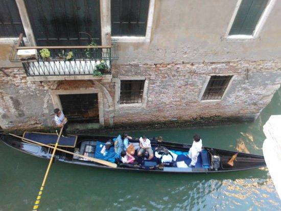 B&B Palazzo Minelli : Gondolas passing below our window