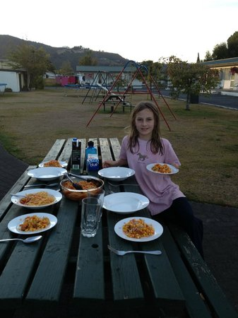 เคลฟเวอแลนด์ โมเต็ล: Eating dinner at a picnic table on the grounds of the motel