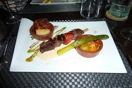 Restaurant Le QG : 僕の主菜。見ての通りのオシャレ串焼き。