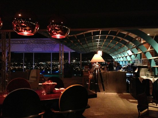 8ctavo Rooftop Restaurant & Lounge: view towards the bar