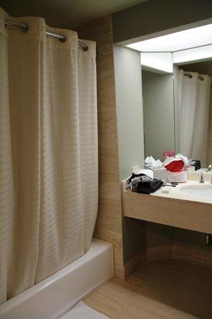 Hilton Los Angeles/Universal City : salle de bain 2 dans la suite