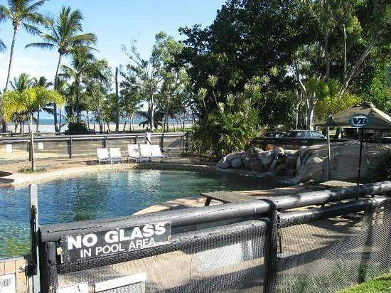 Caffe Dell' Isola: pool adjoning restaurant views to beach