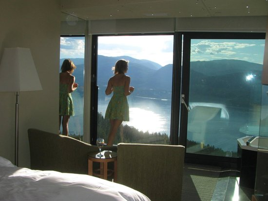 Sparkling Hill Resort: lakeview room