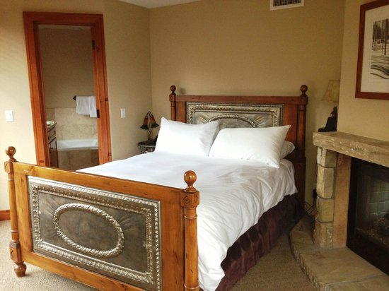 The Inn at Lost Creek: Extra comfy bed by romantic fireplace
