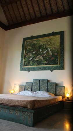 Green Field Hotel and Bungalows: Bale Adat bed.