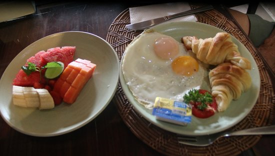 Green Field Hotel and Bungalows: Breakfast. I love the fruit platter