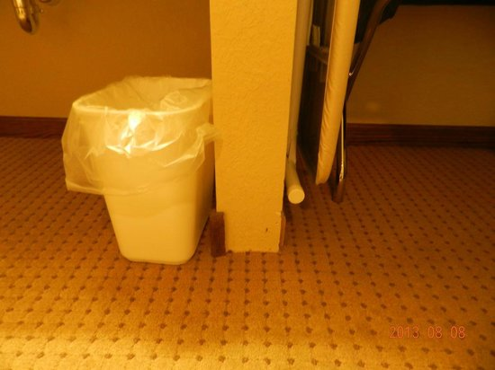 Days Inn Iron Mountain: Baseboard missing