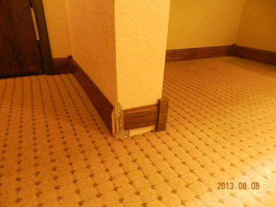 Days Inn Iron Mountain: Baseboards in the Room
