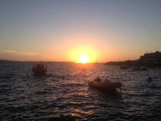 Sunset Ammoudi: View of the sun setting in the horizon