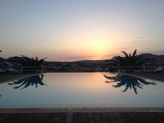 Maryo Village: Tramonto in piscina ��