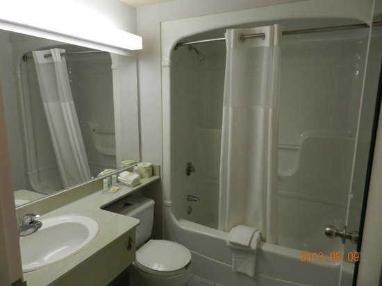 Quality Suites London: 3 piece bathtub