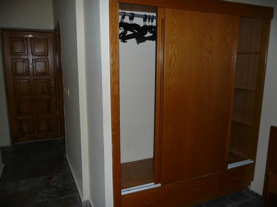 Begonville Hotel: wardrobe