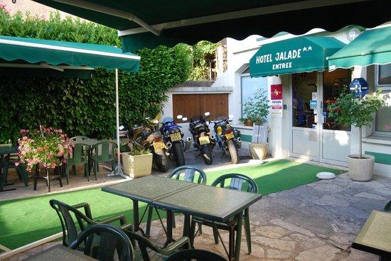 Citotel Jalade: terasse et parking moto