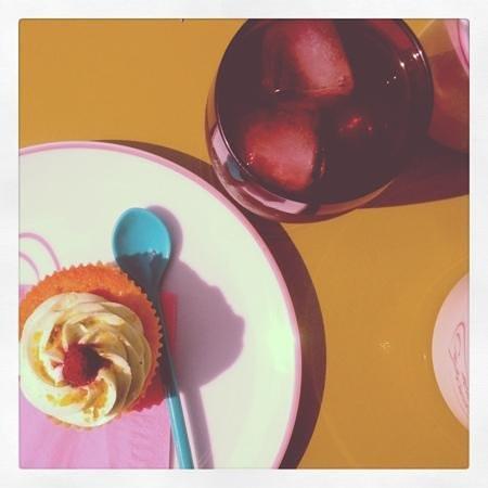 Miss cupcake: Cup cake pistache et framboise + thé glacé