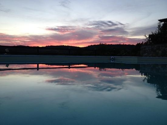 Campo al Vento Country Farm: il tramonto in piscina